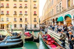 Wodny kanał z gondolami w Wenecja zdjęcie stock