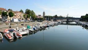 Wodny kanał z parkować motorowymi łodziami zdjęcie wideo