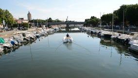 Wodny kanał z parkować motorowymi łodziami zbiory wideo
