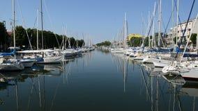 Wodny kanał z parkującymi żagli jachtami zdjęcie wideo