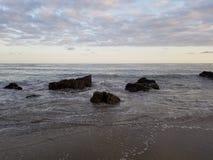Wodny karambolowanie z niewysuwalnymi skałami zdjęcia royalty free