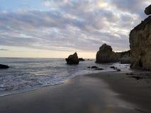 Wodny karambolowanie z niewysuwalnymi skałami zdjęcie royalty free