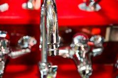 Wodny klepnięcie, faucet dla łazienki i kuchnia melanżer w sala wystawowej, Chrom matrycujący metal zdjęcie stock
