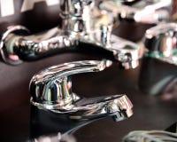 Wodny klepnięcie, faucet dla łazienki i kuchnia melanżer w sala wystawowej, Chrom matrycujący metal obrazy royalty free