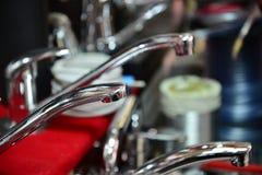 Wodny klepnięcie, faucet dla łazienki i kuchnia melanżer w sala wystawowej, Chrom matrycujący metal fotografia stock