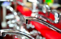 Wodny klepnięcie, faucet dla łazienki i kuchnia melanżer w sala wystawowej, Chrom matrycujący metal zdjęcia stock