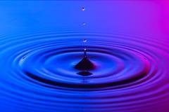 Wodny kropli zakończenie up z koncentrycznych czochr colourful błękitem i p obrazy royalty free