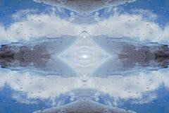 wodny kryształ rzeczne piasek chmury odbijają w wodzie conc fotografia stock