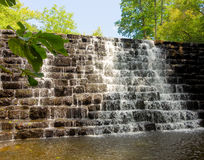 Wodny lać się nad spowodowany przez człowieka kamienną ścianą w appalachians obraz royalty free
