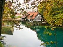 Wodny młyn przy Blautopf w jesieni, Blaubeuren, Niemcy Obraz Royalty Free