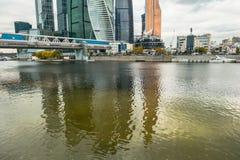 Wodny odbicie Nowożytni drapacze chmur Moskwa Międzynarodowy Biznesowy Centre MIBC Rosja Zdjęcie Stock