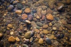 Wodny odbijać nad round kamieniem w jasnej rzece Obraz Royalty Free