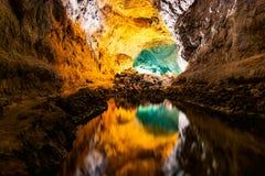 Wodny okulistycznego złudzenia odbicie w Cueva De Los Verdes, zadziwiająca lawowa tubka i atrakcja turystyczna na Lanzarote wyspi fotografia stock