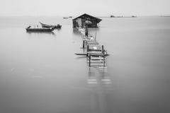 Wodny przelew na łamanym drewnianym moscie w czarny i biały Fotografia Stock