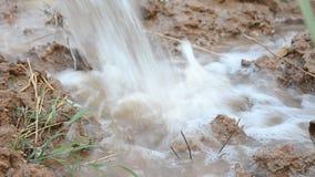 Wodny przepływ od łamanej wodnej drymby zdjęcie wideo