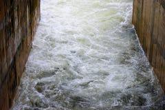Wodny przepływ na grobelnym spillway Zdjęcie Stock