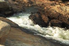 Wodny robi sposób przez skał Zdjęcia Stock