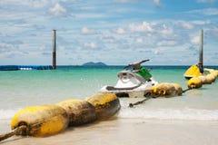 Wodny rower na seledynu morza wakacje letni zdjęcia stock
