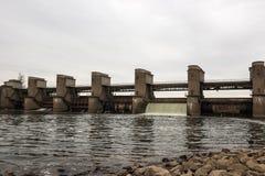 Wodny rozładowanie podczas wiosny snowmelt na Perervinsk tamie instalującej na Moskwa rzece utrzymywać właściwego poziom wod fotografia royalty free