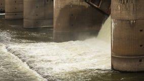 Wodny rozładowanie podczas wiosny snowmelt na Perervinsk tamie instalującej na Moskwa rzece utrzymywać właściwego poziom wod zdjęcia stock