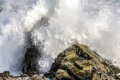 Wodny rozbijać na skałach obraz royalty free