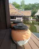 Wodny słój z drewnianą pokrywą na tarasie Zdjęcia Stock