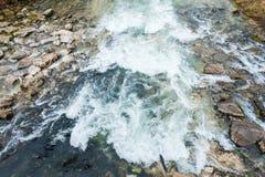 Wodny spływanie na skałach zdjęcie royalty free