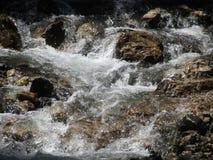 Wodny spływanie i chełbotanie nad skałami w halnym rzecznym strumieniu fotografia royalty free