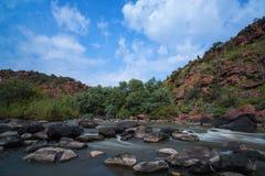 Wodny spływanie między skałami Fotografia Stock