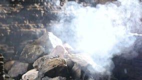 Wodny spływanie na kamieniu wellness i zdroju pojęcie, sauna wnętrze Slowmo zbiory wideo