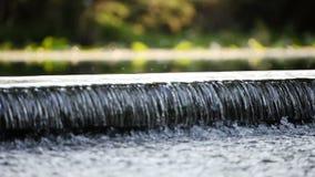Wodny spływanie nad małą rzeki tamą zdjęcie wideo