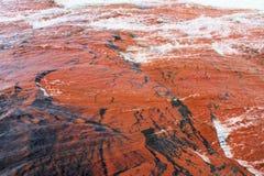 Wodny spływanie nad piękną czerwoną jaspis powierzchnią Obrazy Stock
