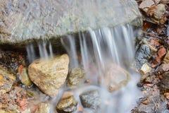 Wodny spływanie nad skałami Fotografia Stock