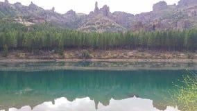 Wodny spływanie z zielonym lasowym tłem Góry w tle Tanquility zbiory