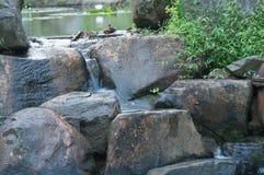 Wodny spływanie nad wielkimi kamieniami Zdjęcia Royalty Free