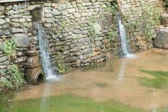 Wodny spływanie nad wielkimi kamieniami Zdjęcie Royalty Free