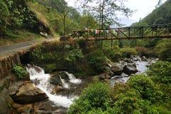 Wodny spływanie pod mostem, Kukhola spada, Sikkim Obrazy Stock