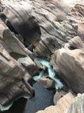 Wodny spływanie przez kamieni Obraz Stock