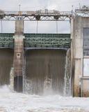 Wodny spadać kaskadą nad spillway przy Tom Miller Dan w Austin Obrazy Royalty Free