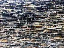 Wodny spadek i splatter przez kamień płytki od nieskończoność basenu obraz royalty free
