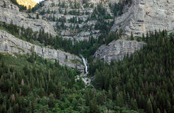 Wodny spadek w kaskadowych górach Zdjęcia Royalty Free