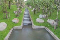 Wodny spadek w parku Fotografia Royalty Free