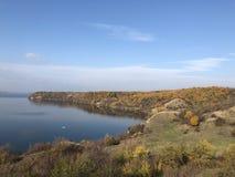Wodny strona krajobrazu niebieskie niebo Obrazy Stock