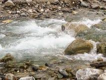 Wodny strumień rzeka wśród kamieni Zdjęcie Stock