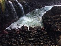 Wodny strumień Wchodzić do Pacyficznego ocean blisko królowej ` s skąpania w Princeville na Kauai wyspie, Hawaje Zdjęcie Royalty Free