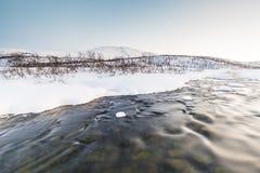 Wodny strumień z skałami w zima krajobrazie w zmierzchu Zdjęcia Stock