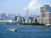 Wodny taxi na hudsonie z empire state building tłem Zdjęcia Royalty Free