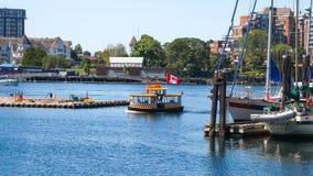 Wodny taxi na jeziornym dopłynięciu cumowanie fotografia stock