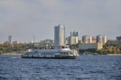 Wodny transport po środku rzeki Obrazy Royalty Free