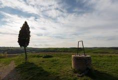 Wodny well i cyprys w Tuscany fotografia royalty free
